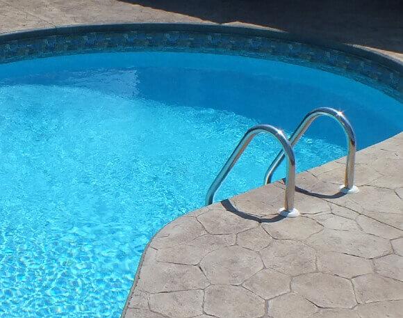 Piscine foto carrelage piscine pates de verre vert et for Prix piscine creuse